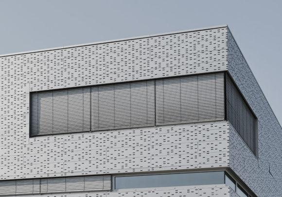 Gebäudeecke mit Lochblechfassade der Halle 16 der technischen Hochschule Wildau.