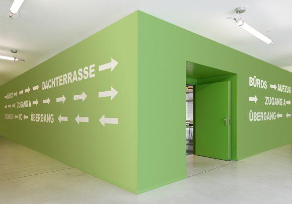 Flur mit grünem Seminarraum der Halle 16 der technischen Hochschule Wildau.