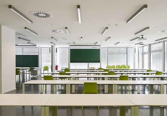 Seminarraum mit Glasfassade der Halle 16 der technischen Hochschule Wildau.