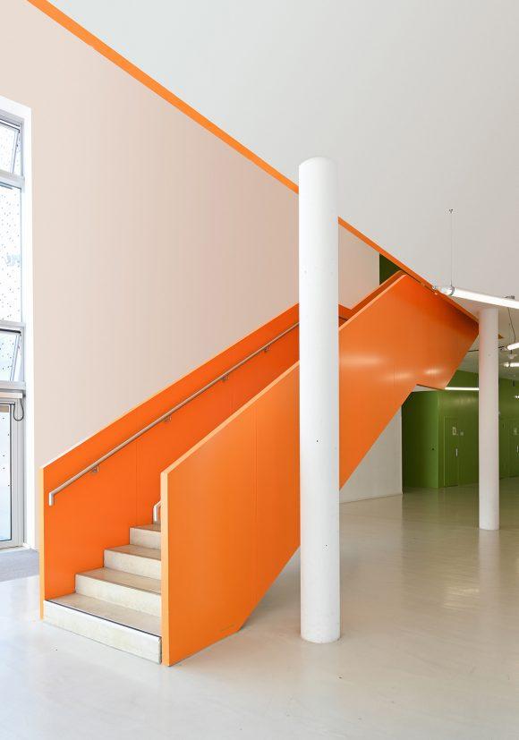 Orange Treppe im Neubau der Halle 16 der technischen Hochschule Wildau.