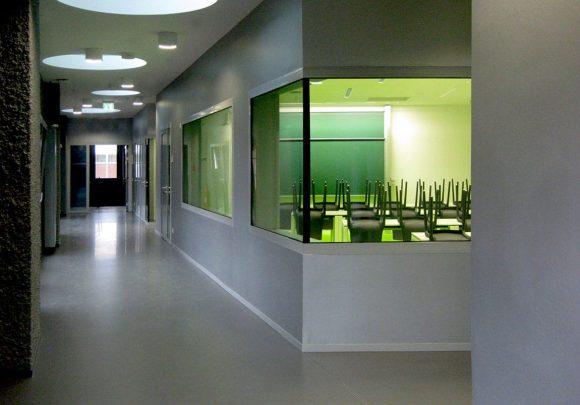 Erschließungszone und grüner Seminarraum des Hörsaalzentrums, Halle 17, der Technischen Hochschule Wildau.