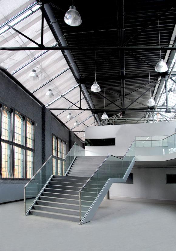 Foyer und Haupttreppe des Hörsaalzentrums, Halle 17, der Technischen Hochschule Wildau.