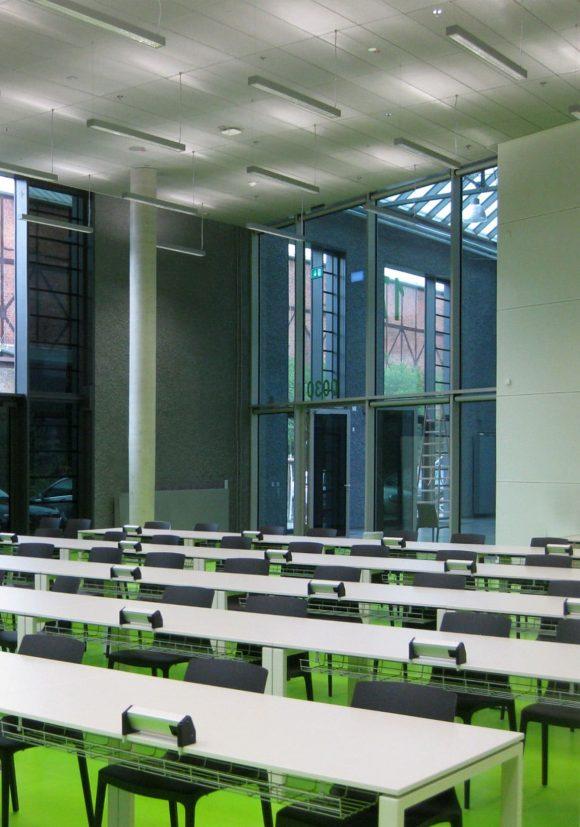 zweigeschossiger Hörsaal des Hörsaalzentrums, Halle 17, der Technischen Hochschule Wildau.