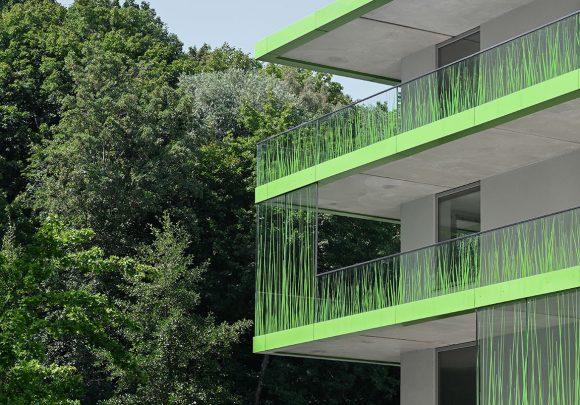 Fassade mit Gras-Motivdruck des studentischen Wohnens am Campus der Technischen Hochschule Wildau.