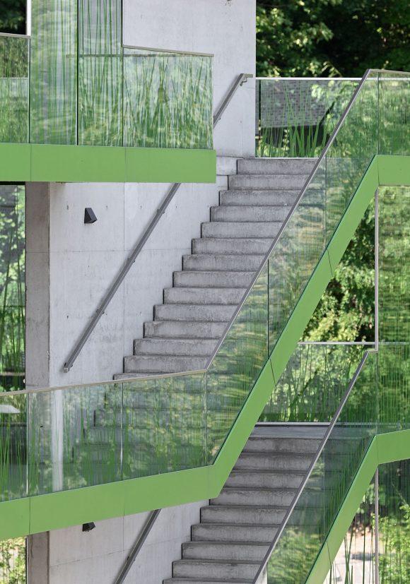 Außenliegende Treppen am Laubengang des studentischen Wohnens am Campus der Technischen Hochschule Wildau.