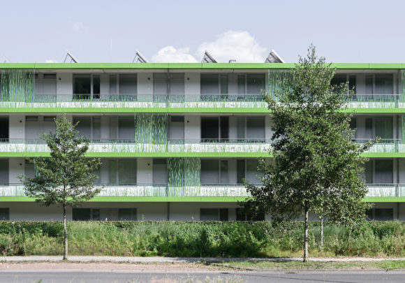 Straßenfassade mit Laubengänge des studentischen Wohnens am Campus der Technischen Hochschule Wildau.
