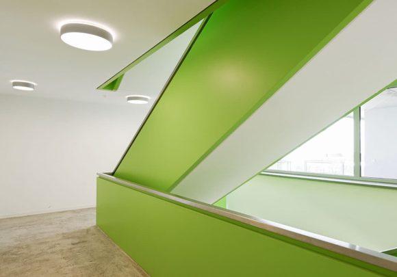 Grüne Haupttreppe des studentischen Wohnens am Campus der Technischen Hochschule Wildau.