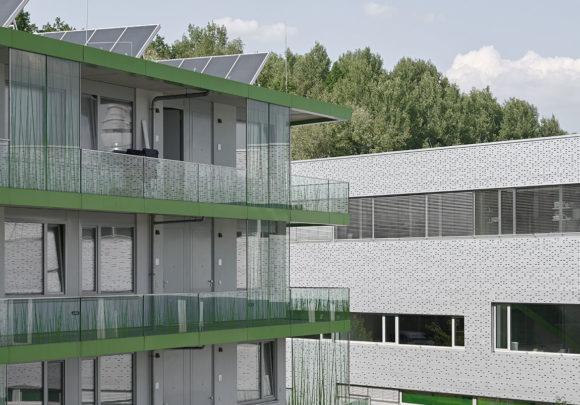 Blick vom Laubengang des studentischen Wohnens auf das Verfügergebäude am Campus der Technischen Hochschule Wildau.