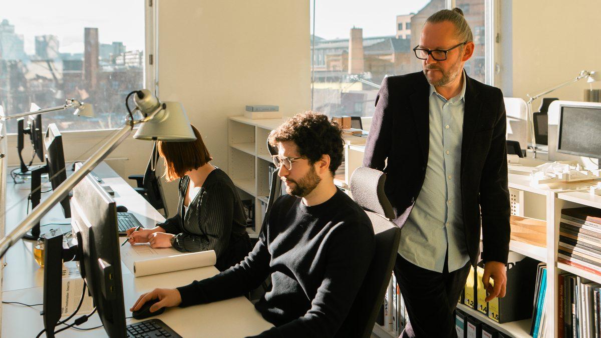 Der Geschäftsführer Xaver Egger und Mitarbeiter von Sehw Architektur.