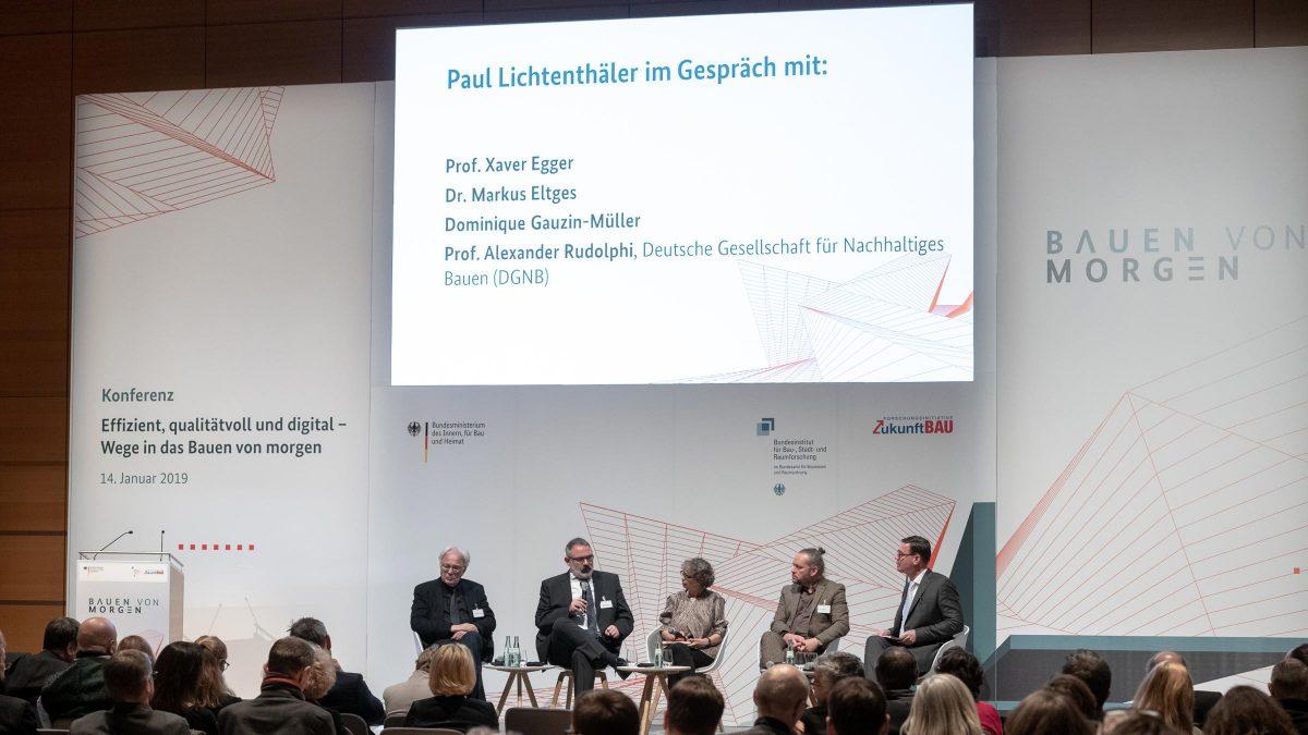 Prof. Xaver Egger beim Vortrag