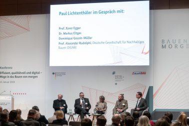 """Prof. Xaver Egger beim Vortrag """"Bauen von Morgen"""" im Rahmen der Bau 2019 in München."""